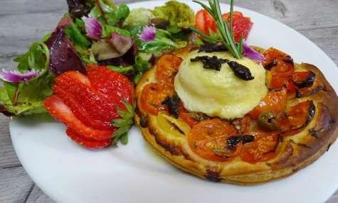 Tartelette feuilletée, tomates cerises, romarin, Chavignol et ail noir BIO