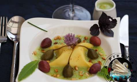 Raviole de carré frais aux herbes bouillon de tomate verte green zébra, olives violettes et câpres capucine