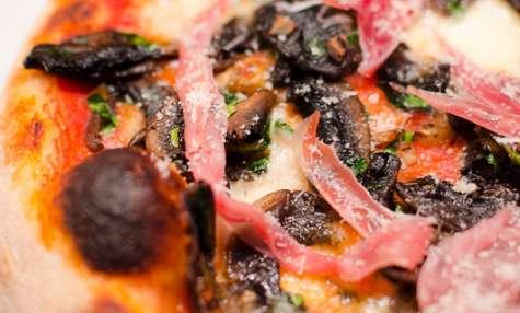 Pizza aux champignons de Paris en persillade et jambon cru