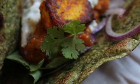 Wraps indiens aux épinards, fromage paneer, chutney mange et tomate, et sauce raïta