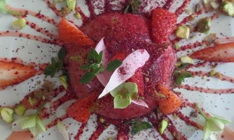 Panna cotta hibiscus et noix de coco, coulis fraise et thym citron, et pralines de pistaches