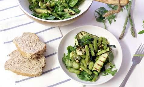 Salade aux asperges, courgettes et noisettes