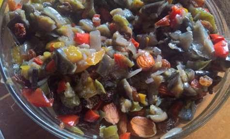 Salade de légumes du soleil, amandes et raisins secs