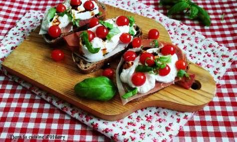 Brushetta à la burrata, tomates Tomberry, jambon cru et basilic