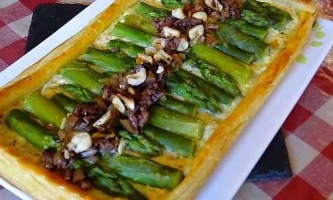 Tarte feuilletée aux asperges, fromage frais aux baies de Timur et Cannelier, olives de Kalamata et noisettes