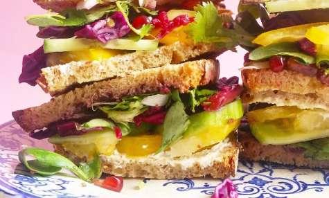 Club sandwich veggie, chou rouge, grenade, piment Jalapeño