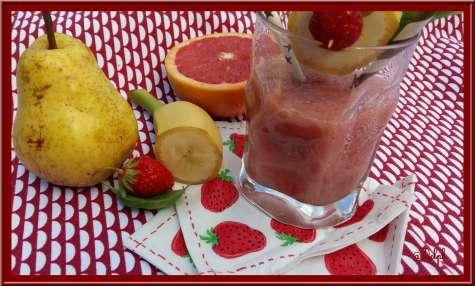 Smoothie fraises, pamplemousse, poire, basilic
