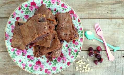 Brownies chocolat au lait, pépites de chocolat blanc et cerises confites