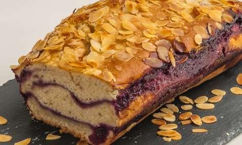 Gâteau du matin au coulis de cerises et aux amandes