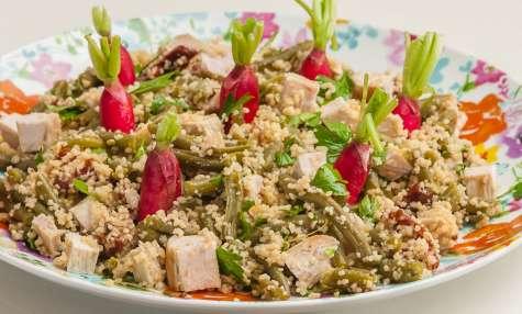 Salade de semoule, haricots verts, dinde, tomates confites et radis