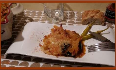 Gratin de macaronis à l'aubergine, lardons et piments Basque