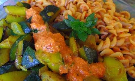 Courgettes au pesto vegan de poivron rouge