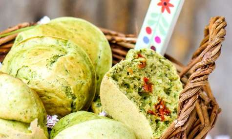Muffins à la tomate confite et au basilic
