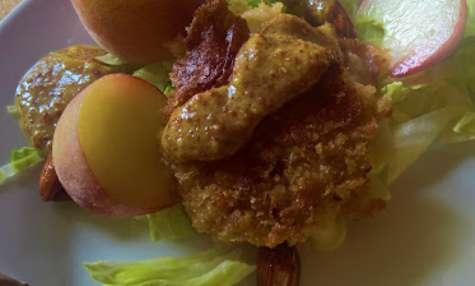 Croquettes de chèvre aux pêches, amandes caramélisées, moutarde et miel
