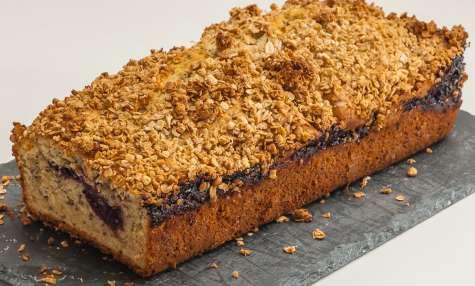 Gâteau du matin au coulis de mûres, aux graines de chia et au muesli