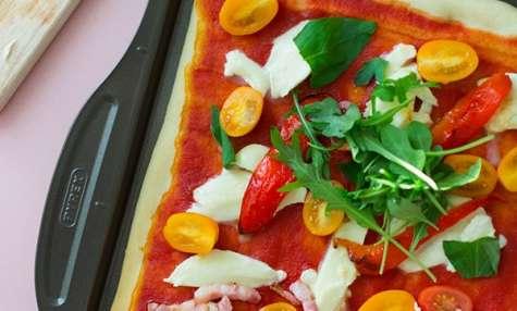 Pizza toute simple, tomates, mozzarella, poivrons grillés