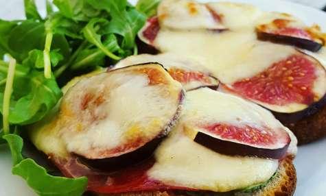 Bruschetta à la figue, bresaola et mozzarella