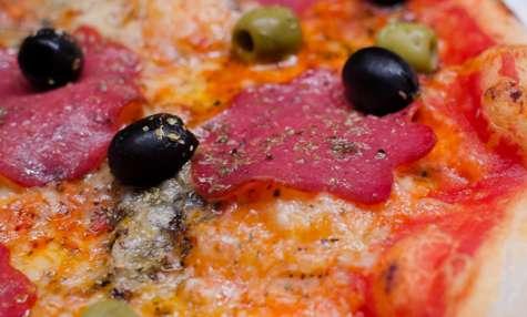 Pizza salami aux 2 olives