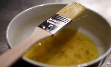 Queue de lotte grillée, sauce au citron vert et piment