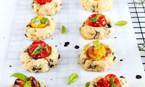 Sablés de Tomate, Thym, Olives et Piment d'Espelette