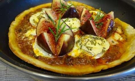 Pizza à la poêle, chèvre, figues, romarin et miel