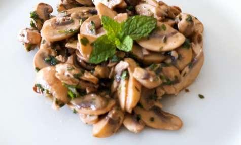 Salade de champignons aux herbes fraîches et à la moutarde