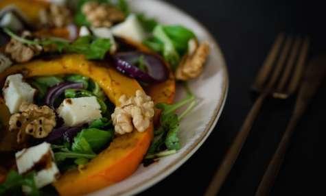 Salade au potimarron, oignons rouges, munster blanc et noix