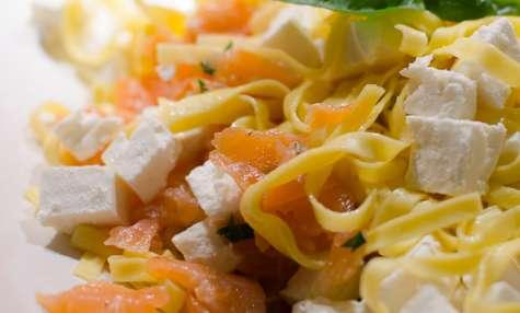 Salade de tagliatelles au saumon fumé et à la feta