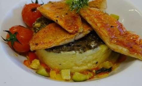 Filets de rouget à la plancha, tomates cerises, polenta crémeuse au romarin et tapenade citronnée