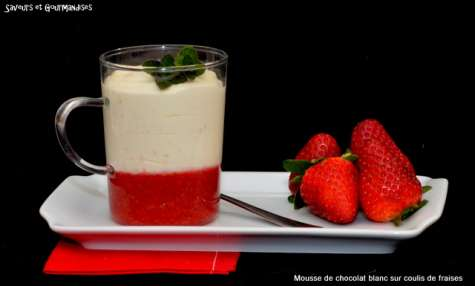 Mousse de chocolat blanc aux perles de tapioca sur coulis de fraises