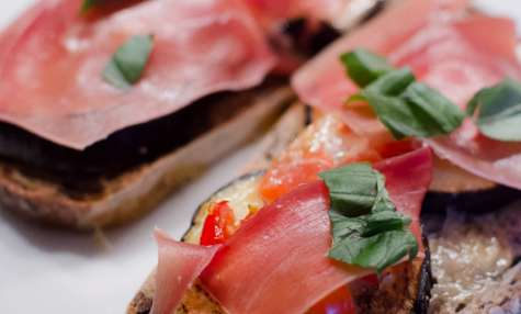 Bruschetta à l'aubergine, aux tomates cerises et au chaource