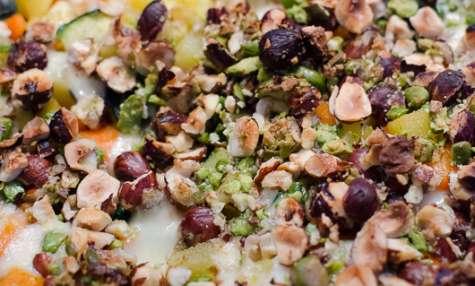 Crumble aux légumes, aux pistaches et aux noisettes