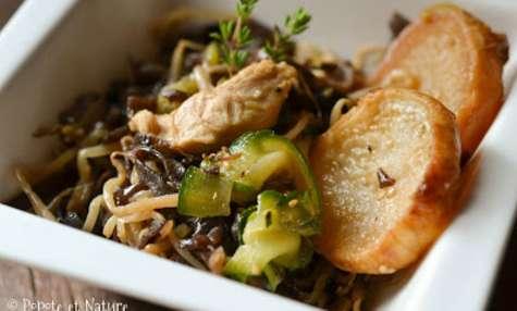 Poêlée au poulet parfumée à la chinoise, navets glacés, courgettes sautées et champignons noirs