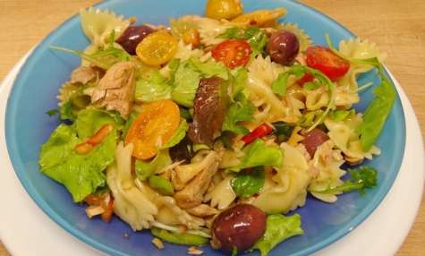 Salade de Farfalle au thon, tomates cerises et basilic