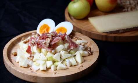 Salade d'endive, pomme, jambon sec, oeuf dur et noix