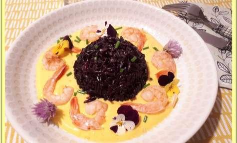 Riz noir aux crevettes, sauce au safran et curcuma