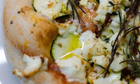 Pizza à la feta, aux courgettes, au miel et aux herbes