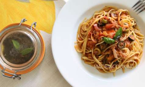 Spaghettis à la sauce tomates et à la tapenade