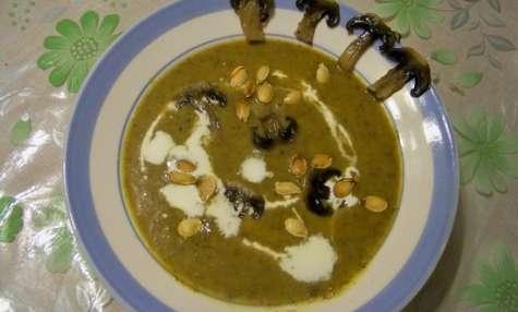 Potage velouté aux champignons de Paris, courge et pépins de courge rôtis