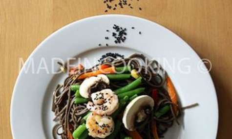 Nouilles de soba froide aux crevettes et aux légumes