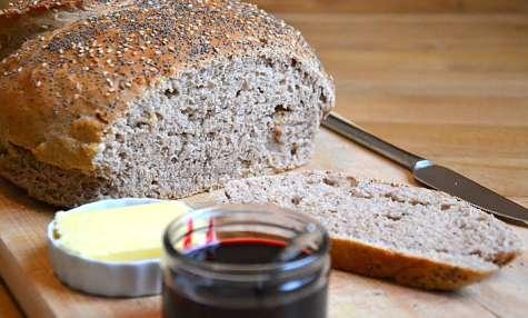 Pain complet aux graines et aux noix