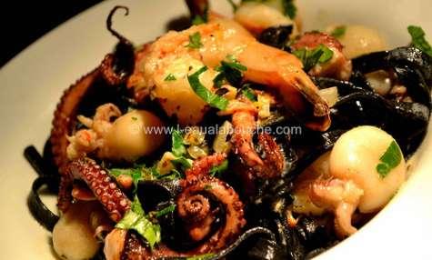Tagliolini al nero di sepia poulpe crevettes et encornets crème citron