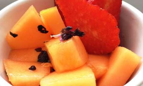 Le melon et les fraises en salade au basilic pourpre et sirop de pêche