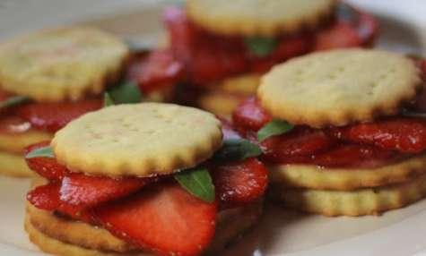 Sablés au gingembre, coulis de fraises et basilic