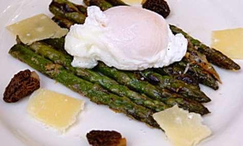 Asperges gratinées au parmesan, morilles et œufs pochés