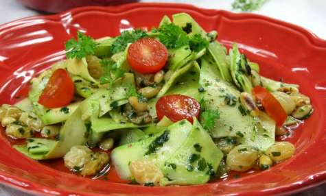Salade de courgettes de Nice, coriandre, raisins secs et pignons