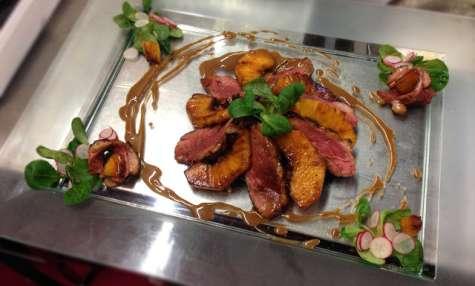 Rosace de magret de canard et ananas sur son feuilleté à l'écrasée de carottes au basilic