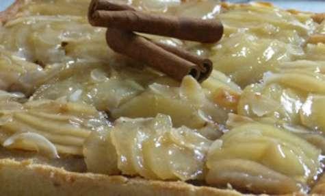 Tarte amandine poire aux dattes, aux noix et à la fleur d'oranger