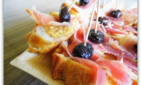 Petits toasts au pesto à la truffe noire d'été, jambon cru et olive noire