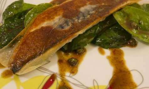 Filet de maquereau croustillant, pousses d'épinards, câpres et jus de volaille au beurre noisette